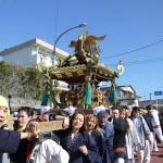 大島椿祭りの江戸みこしを担いでるとこ
