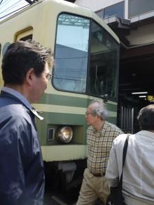 江ノ電 江ノ島駅で改札へ線路を渡る