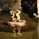 岩屋の中の龍の像アップ