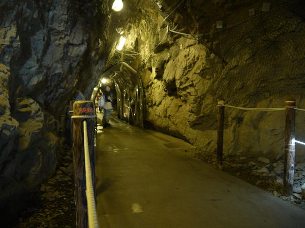 岩屋 左奥の洞窟
