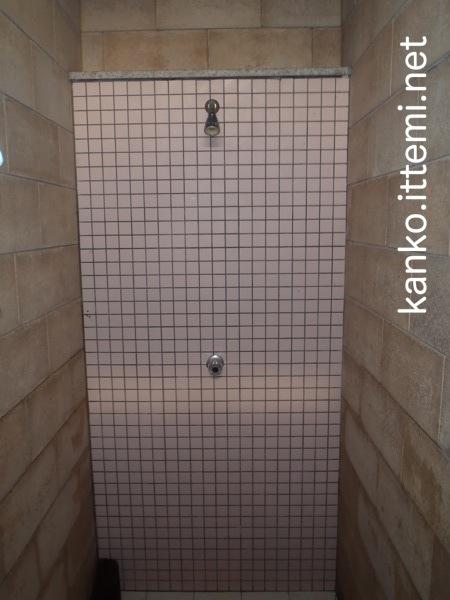 泊海水浴場のシャワー室の中