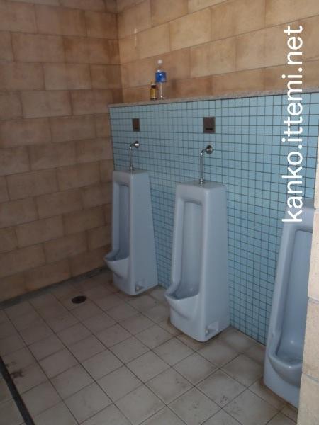 泊海水浴場の男子トイレ