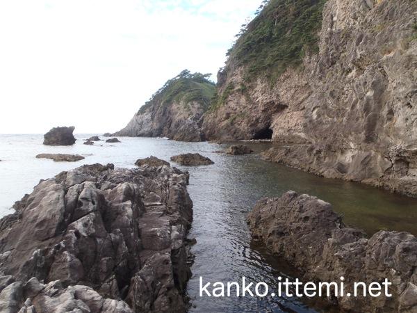 式根島 大浦海水浴場の岩場