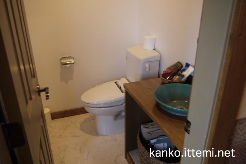 露天風呂付客室「Bari-バリ-」のトイレと洗面所