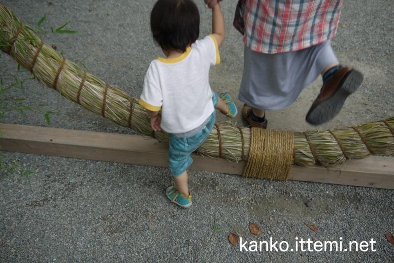 茅の輪をくぐる子供